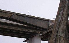 На автостраду под Екатеринбургом обрушился железнодорожный мост