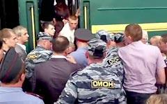 Задержание молдаванина ОМОНом на его выходе из поезда. Стоп-кадр видео с YouТube