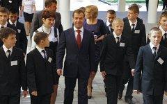 Дмитрий Медведев со школьниками © РИА Новости, Михаил Климентьев