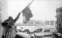 Флаг над освобожденным городом, Сталинград, 1943 год, Georgii Zelma