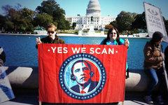 Протестующие у здания правительства США. Фото пользователя Твиттера @johnennis