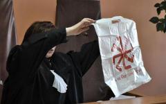 Судья демонстрирует пакет. Фото с сайта temakazan.ru