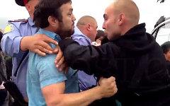 М.Расулов (слева) и А.Кудряшов. Стоп-кадр с видео инцидента в YouTube