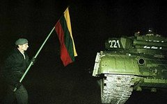 Один из протестующих с флагом около советского танка. Фото с сайта wikipedia.org