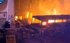Горящие автобусы милиции на улице Грушевского. Фото из Facebook Виталия Уманца