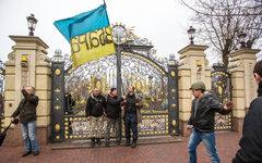 Сторонники оппозиции у ворот оставленной резиденции президента© РИА Новости, Ан