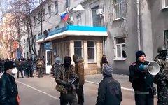 Здание МВД в Славянске. Стоп-кадр с видео в YouTube