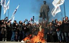 В Донецке сжигают чучело Степана Бандеры © РИА Новости, Ирина Горбасева