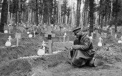Солдат у могилы на братском кладбище. Первая мировая война © РИА Новости