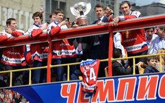 Игроки национальной сборной России по хоккею Андрей Зубарев, Данис Зарипов с сын