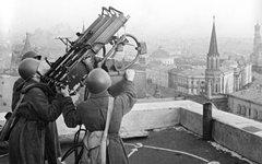 Советские зенитчики на крыше гостиницы «Москва» © РИА Новости,Олег Кнорринг