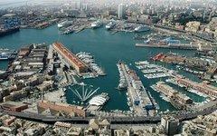 Панорама порта в Генуе, Италия. Современный вид