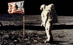 Астронавт Эдвин Олдрин у американского флага (архив НАСА)