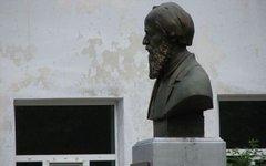 Бюст возле школы в Мезиновском. Фото Daphne mesereum с сайта wikimedia.org