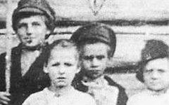 Павлик Морозов (в центре, в фуражке). Фото с сайта wikimedia.org