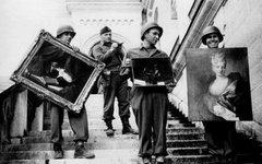 Гитлеровцы с трофейными произведениями искусства. Фото с сайта zavtra.ru