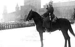 Маршал Буденный принимает военный парад. Фото с сайта wikimedia.org
