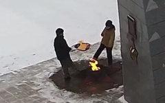 Осквернение Вечного огня подростками. Стоп кадр с YouTube