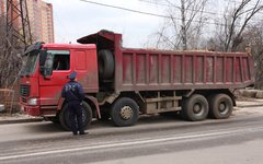 Сотрудник ДПС у грузовика © KM.RU, Алексей Белкин