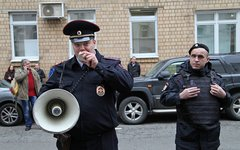 Полицейский требует не скандировать лозунги © KM.RU, Алексей Белкин