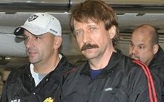 Виктор Бут в сопровождении сотрудниковDEA. Фото с сайта wikipedia.org