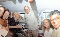 Кастро с персоналом гостиницы. Фото с сайта corriere.it