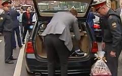 Обыск участников свадьбы. Кадр из видео канала «Россия 24»