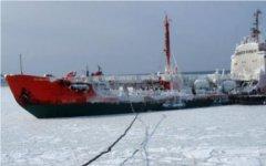 Откачка топлива с танкера «Каракумнефть». Фото с mchsmedia.ru