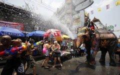 Празднование Сонгкрана; фото с alexsvilla.com