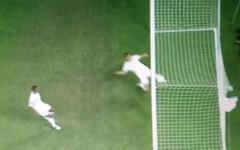 Джон Терри выносит мяч из ворот сборной Англии. Скриншот с Youtube