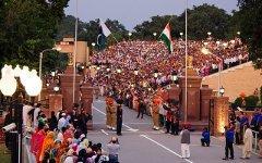 Индо-пакистанская граница в Вагахе. Фото с сайта ru.wikipedia.org