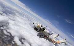 Феликс Баумгартнер в прыжке. Фото с сайта newsmake.net