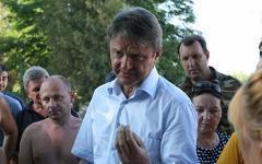 Александр Ткачев с местными жителями. Фото с сайта krasnodar.ru