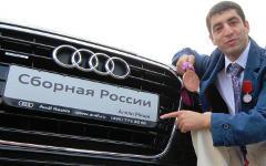 Михаил Алоян со своим новым авто © РИА Новости, Витилий Белоусов