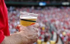 Пиво на стадионе. Фото с сайта drugfree.org