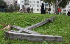Срубленный крест в Архангельске © РИА Новости