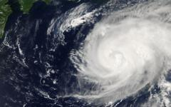 Тайфун. Фото с сайта visibleearth.nasa.gov