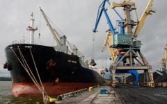 Разгрузка корабля в порту. Фото с сайта bezformata.ru