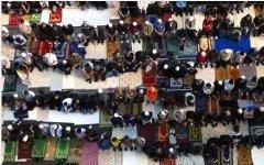Молитва у Соборной мечети. Стоп-кадр с видео в YouTube