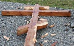 Срубленный крест на Алтае. Фото с сайта 04.mvd.ru