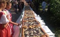 Черничный пирог длиной более 70 метров. Фото с сайта vk.com/perminfo59