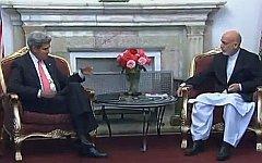 Джон Керри и Хамид Карзай. Стоп-кадр с видео в YouTube