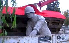 Эвакуация скульптуры. Кадр с видео Андрея Русина на сайте tvn24.pl