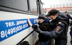 Полиция проверяет документы у граждан на территории ТЦ «Садовод» © РИА Новости,
