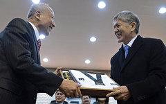 Ли Кю Хон и Алмазбек Атамбаев. Фото с сайта president.kg