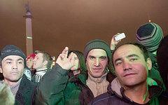 Мигранты на Дворцовой площади Петербурга. Фото с сайта smena.ru