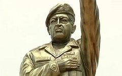 Памятник Уго Чавесу. Стоп-кадр с видео в YouTube