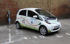 Электромобиль на заправке. Фото с сайта moesk.ru