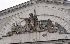 «Триумф Нептуна» на здании биржи. Фото с сайта wikimedia.org