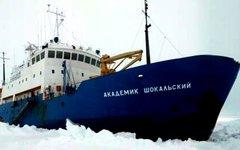 Застрявшее во льдах судно. Фото пользователя Твиттера @ProfChrisTurney
